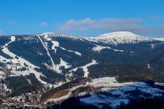 Piękna zimy panorama Gigantyczne góry z Jasnym niebieskim niebem obrazy stock