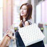 Piękne azjatykcie dziewczyny z torba na zakupy Obrazy Stock