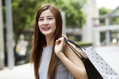 Piękne azjatykcie dziewczyny z torba na zakupy Zdjęcie Royalty Free