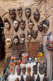 Piękne barwione drewno maski w rynku w Maroko Zdjęcie Royalty Free