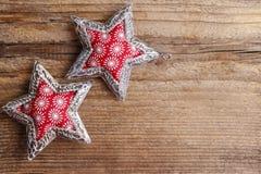 Piękne czerwieni i srebra gwiazdy na drewnianym tle Fotografia Stock