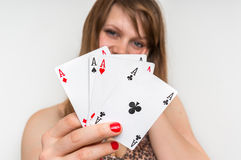 Piękne dziewczyn kryjówki za grzebak kartami Zdjęcia Stock