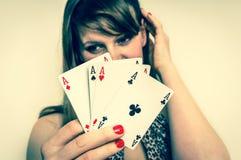 Piękne dziewczyn kryjówki za grzebak kartami - retro styl Fotografia Stock