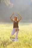 Piękne dziewczyn równowagi na jeden nodze Obraz Stock