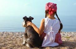 Piękne dziewczyny obejmuje jej psa Obraz Stock
