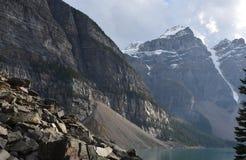 Piękne góry Otacza jezioro obrazy stock