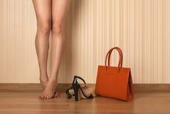 Piękne kobiet nogi, buty i torba, Zdjęcie Stock