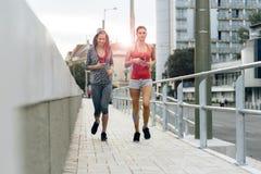 Piękne kobiety jogging w zmierzchu Zdjęcia Royalty Free