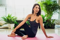 Pi?kne kobiety z joga od?wie?a? duch Z ?wiat?o s?oneczne rankiem, poj?cie relaks, cia?o i umys? i umys?, obraz royalty free