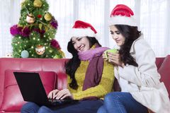 Piękne kobiety z laptopem blisko choinki Obrazy Stock