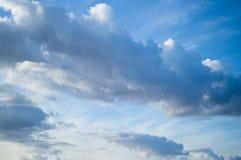 Piękne lekkie cumulus chmury w niebieskim niebie Zdjęcie Royalty Free