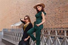 Pi?kne mod kobiety z torbami na zakupy Modnego stylu ?ycia miastowy portret na miasta tle zdjęcia royalty free