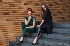 Pi?kne mod kobiety z torbami na zakupy Modnego stylu ?ycia miastowy portret na miasta tle obraz royalty free