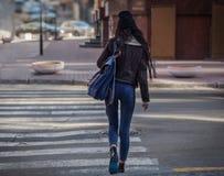 Pi?kne mod kobiety z torbami na zakupy Modnego stylu ?ycia miastowy portret na miasta tle zdjęcie stock