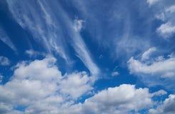 Piękne niebieskie niebo cumulusu i chmury pierzastej chmury Zdjęcia Royalty Free