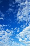 piękne niebieskie niebo zachmurzone Obrazy Royalty Free