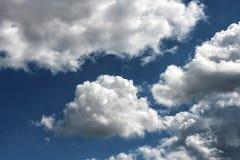 piękne niebieskie niebo zachmurzone Chmury w wysokim niebie Obraz Royalty Free