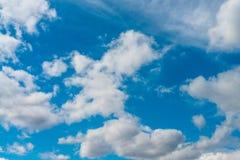 Piękne niebieskiego nieba i bielu chmury Zdjęcie Stock