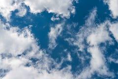 Piękne niebieskiego nieba i bielu chmury Obrazy Royalty Free