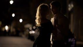 Pi?kne pary mienia r?ki i zbli?a? si? buziak, romantyczna data, mi?o?? obraz royalty free
