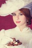 Piękne rudzielec kobiety z cukierkiem. Zdjęcia Stock