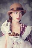 Piękne rudzielec kobiety z cukierkiem. Zdjęcia Royalty Free