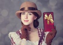 Piękne rudzielec kobiety z prezentem. Zdjęcia Stock