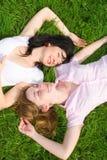 piękne trawiastych spoczynkowe kobiety Obraz Royalty Free