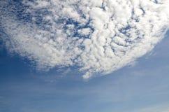 Pi?kne ?wie?e, jaskrawe chmury z niebieskim niebem w jaskrawym dniu dla sceny, i t?o Obrazy Royalty Free