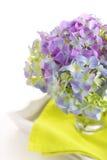 pięknego bukieta szklane hortensje wazowe Zdjęcia Stock
