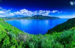 Pięknego lata panoramiczny seascape Widok faleza w Zdjęcia Royalty Free
