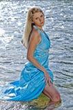 pięknego pucharu dynamicznego bogini mienia wizerunku naturalna rzeczna dzika kobieta Zdjęcia Royalty Free