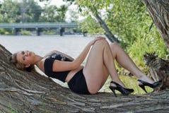 pięknego pucharu dynamicznego bogini mienia wizerunku naturalna rzeczna dzika kobieta Fotografia Stock