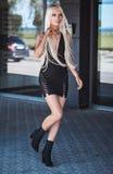 Pięknej blondynki elegancka dziewczyna chodzi outdoors Obraz Royalty Free