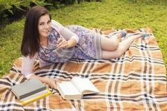 Pięknej brunetki kobiety starszy studiowanie dla jej egzaminów siedzi o Zdjęcie Royalty Free