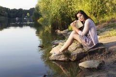 Pięknej brunetki kobiety starszy studiowanie dla jej egzaminów siedzi o Fotografia Royalty Free