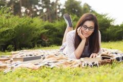 Pięknej brunetki kobiety starszy studiowanie dla jej egzaminów siedzi o Zdjęcie Stock