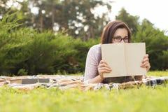 Pięknej brunetki kobiety starszy studiowanie dla jej egzaminów siedzi o Obrazy Royalty Free