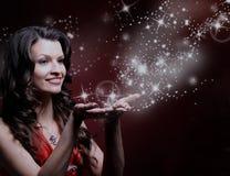 Pięknej dziewczyny magii podmuchowe gwiazdy Fotografia Stock