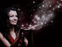 Pięknej dziewczyny magii podmuchowe gwiazdy Obraz Royalty Free