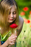 pięknej dziewczyny makowy czerwony target2680_0_ Zdjęcia Royalty Free