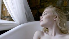Pi?knej dziewczyny seksowna blondynka w ranku pozuje w ?azience akcja M?ody blondynki kobiety lying on the beach w sk?paniu w zbiory