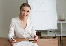 Pięknej kobiety biznesowa kobieta przy biurem Obrazy Stock