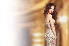 Pięknej mody brunetki elegancka dama w sukni z klejnotów koralikami Obraz Stock