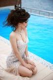 Pięknej seksownej brunetki elegancka wzorcowa kobieta w mody sukni dowcipie Fotografia Royalty Free