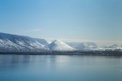 Pięknej zimy naturalna krajobrazowa góra nad jeziorem Obraz Stock