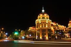 Piękni architektoniczni budynki w nocy Fotografia Royalty Free