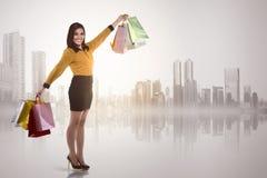 Piękni azjatykci kobiety mienia torba na zakupy Zdjęcie Royalty Free