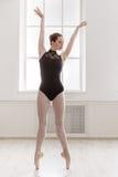Piękni balerina stojaki na pointe, baletnicza pozycja Fotografia Stock