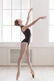 Piękni balerina stojaki na pointe, baletnicza pozycja Zdjęcia Royalty Free